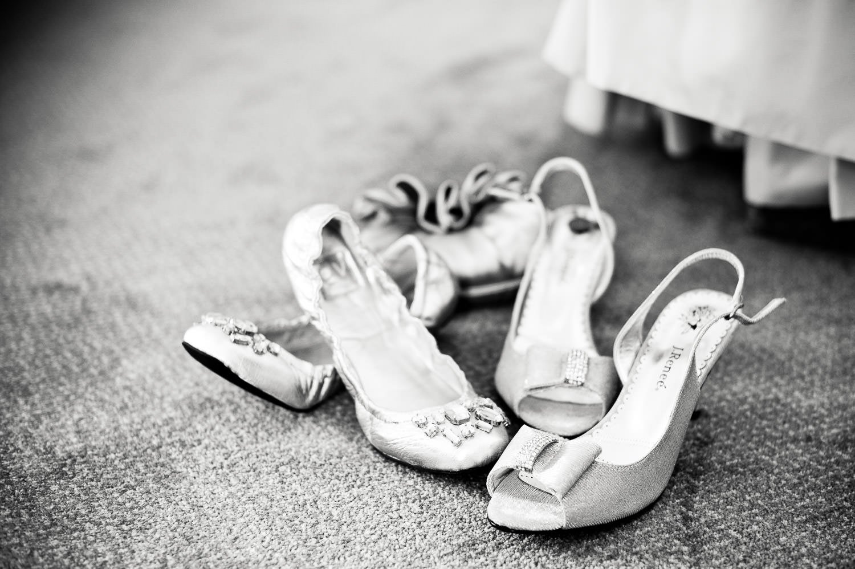 Brautschuhe, Accessoires und Vorbereitungen bei Tageslicht mit viel Glitzer.