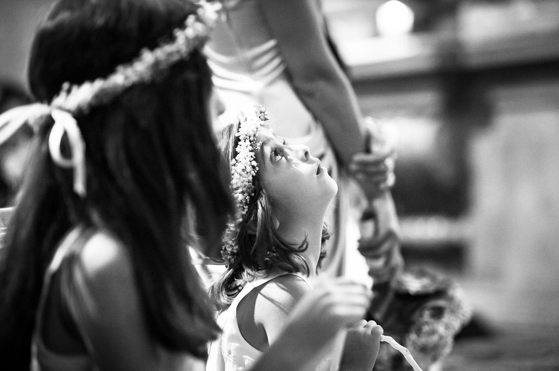 Kind Brautjungfer während einer Trauung in einer Kirche als Momentaufnahme ganz verträumt.
