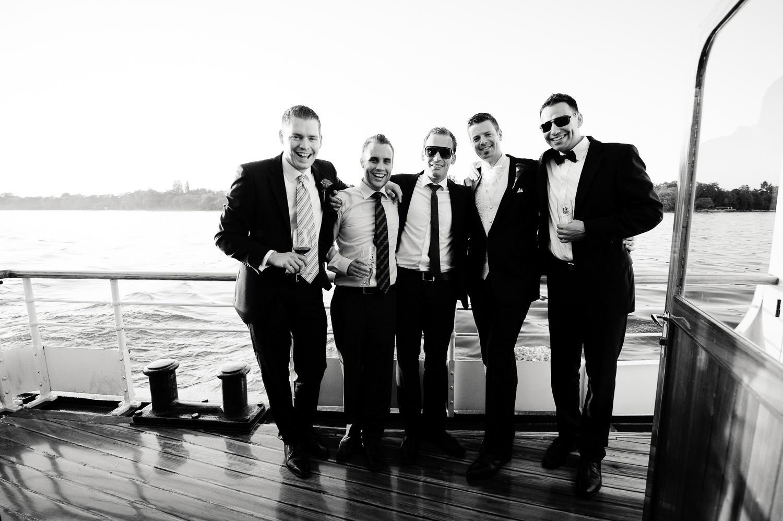Bräutigam und Freunde / Clique auf dem Schiff im Bodensee Vorarlberg, alle im Anzug mit Fliege oder Krawatte.