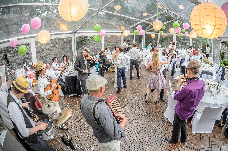 Wilde Hochzeitsparty mit Band und Musik von den Bauernfängern in Bregenz, Vorarlberg am Bodensee in einem Zelt am Abend.