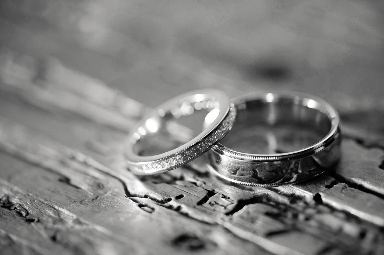 Foto von Eheringen auf einer alten Holzbank in der Kirche vor der Trauung durch den Pfarrer.