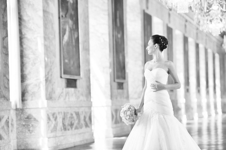 Traumhaftes Shooting mit Braut in weißem Brautkleid, während Bräutigam wartet