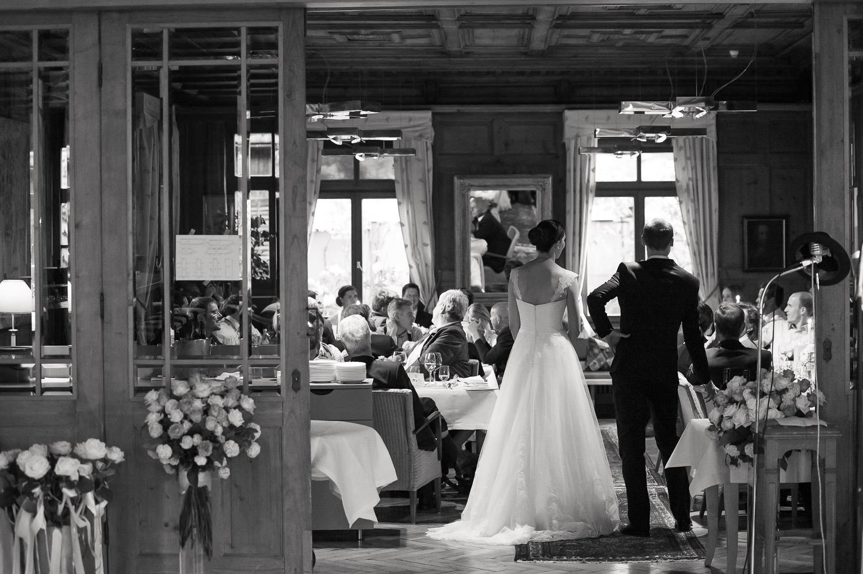 Hochzeitsfeier am Schwarzenberg, das Brautpaar hält eine emotionale Rede vor seinen Gästen.